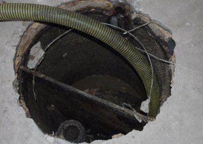 Fosse septique vidée après pompage et avant comblement
