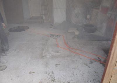 Délimitation à la bombe de la tranchée à creuser pour effectuer le raccordement au tout à l'égout en schintant la fosse septique
