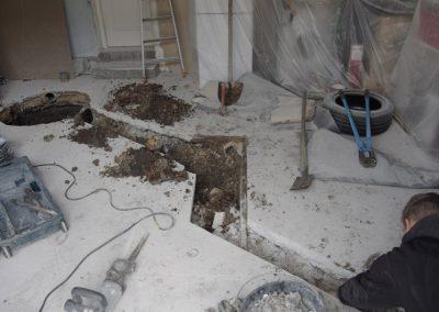 tranchée réalisée pour accueillir les canalisations du raccordement au tout à l'égout en shuntant la fosse septique