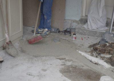 dispersion et balayage du sable avant bétonnage de la fosse septique