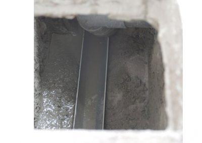 Cunette de canalisation des eaux usées dans regard de visite
