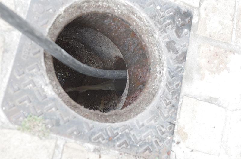 Progression du tuyau d'hydrocurage haute pression dans la canalisation