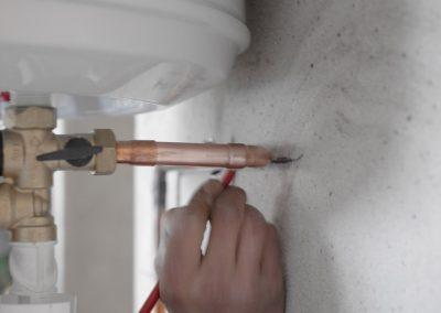 Plomberie - Prise de mesure pour la tuyauterie du cumulus