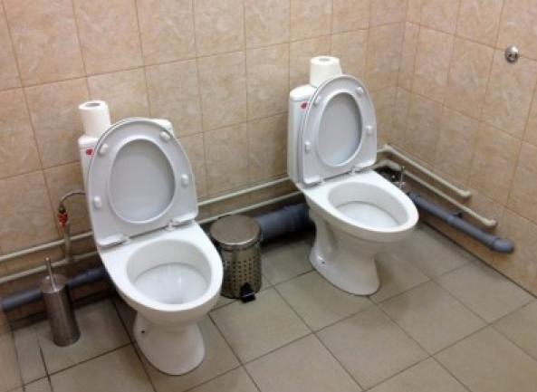 Toilettes côte à côte